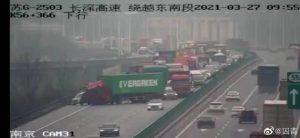 Camión de Evergreen imita accidente en Suez: ¡bloquea una autopista!