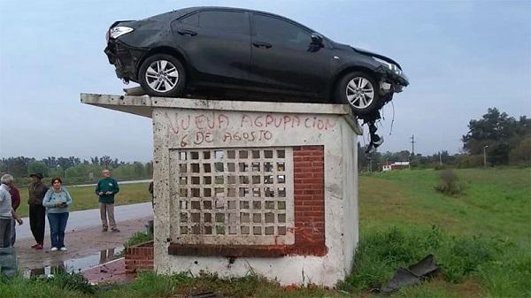 ¿Qué hace este auto arriba del techo?