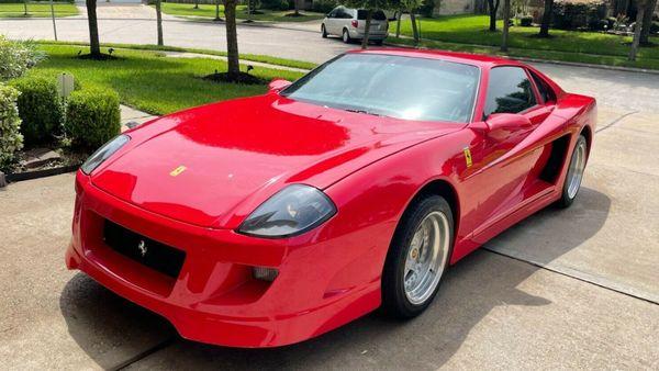 Alguien pagó ¡10 mil dólares! por este Camaro Ferrari (o lo que sea que es)